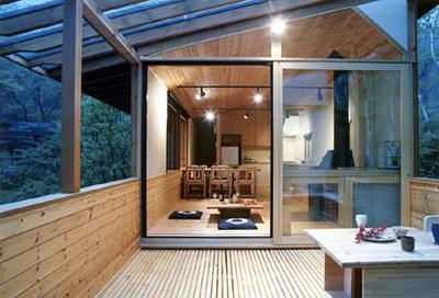 玄関・居間・食堂のある棟と寝室・浴室・洗面室を繋ぐデッキ(ガラス屋根付)