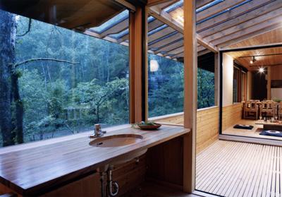 洗面室から外を見る。右にはデッキと居間が見えます。