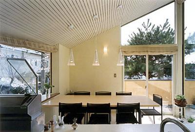 オープンキッチンから食堂を見る。