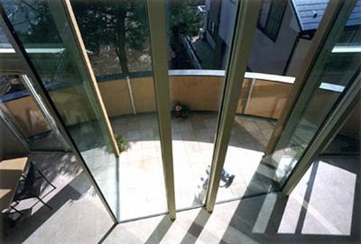 食堂と居間の間にある大開口ガラス