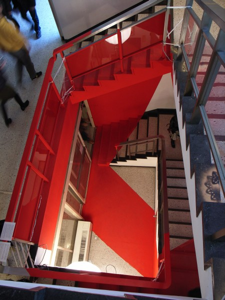 階段室上から写真を撮って、赤いフレーミングをしたものに模してペイントされた階段