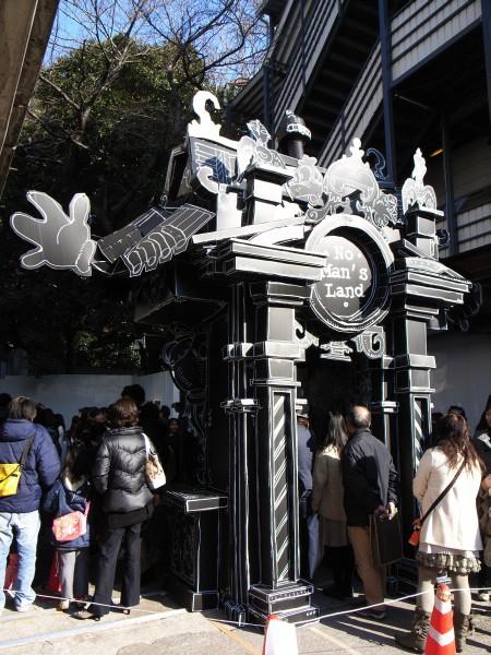どことなくディズニーな造形が組み合わさった入り口のゲートと長蛇の列