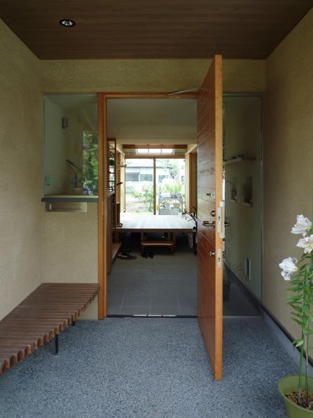 玄関から土間を通して庭を見る