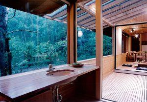 林の中の洗面所